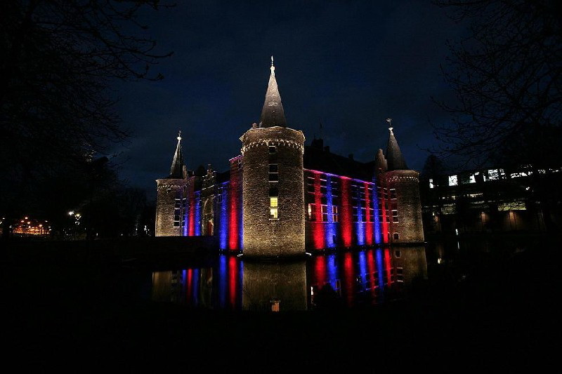 Middeleeuws Helmonds Kasteel aangelicht door moderne led verlichting